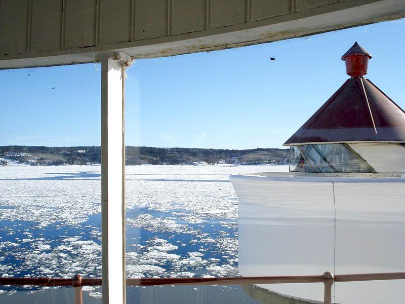 Bildet er tatt i lykterommet 5. mars 2011 - med is i fart i fjorden.