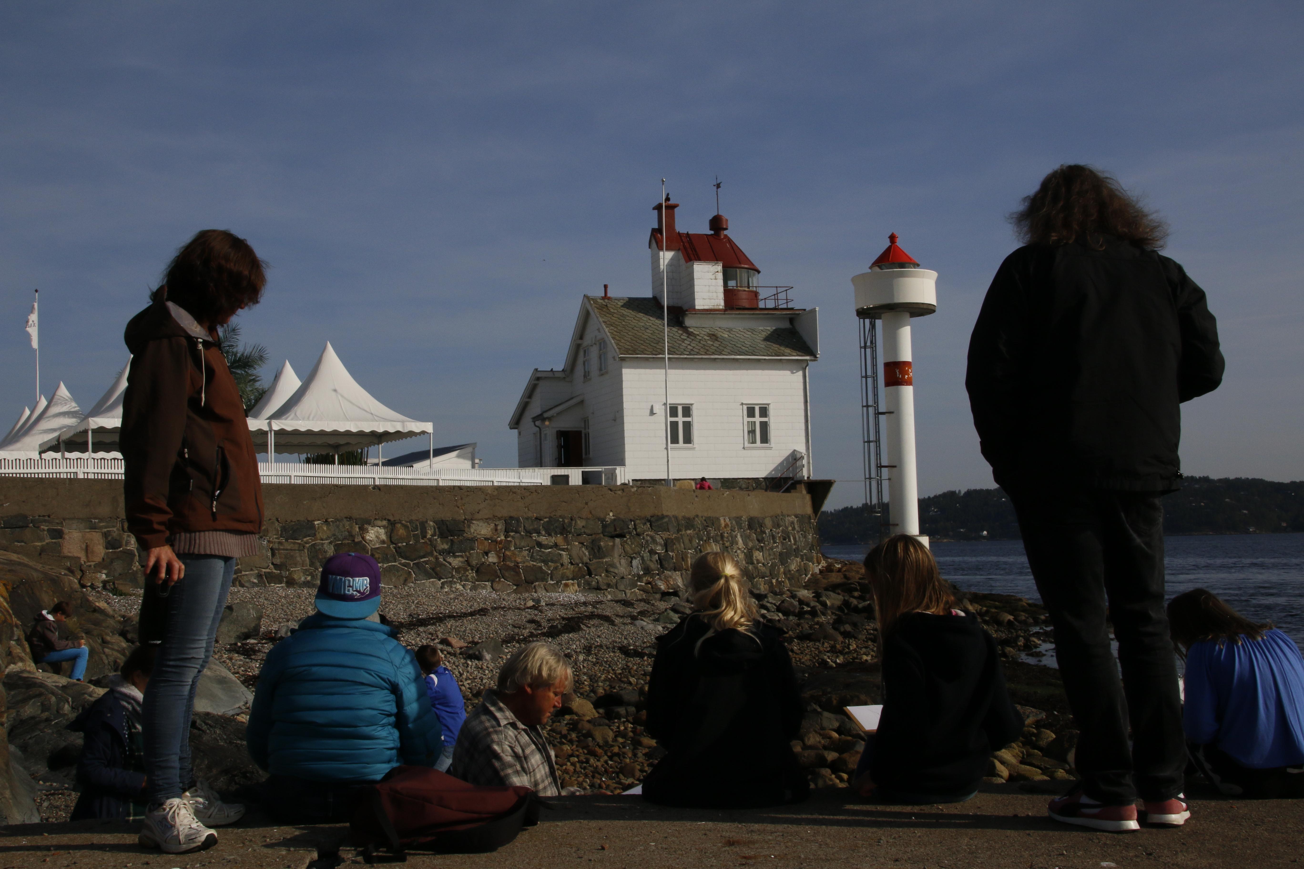 Ivrige tegnere i aksjon - med Olav Grimstad som veileder og lærerne som tilskuere.
