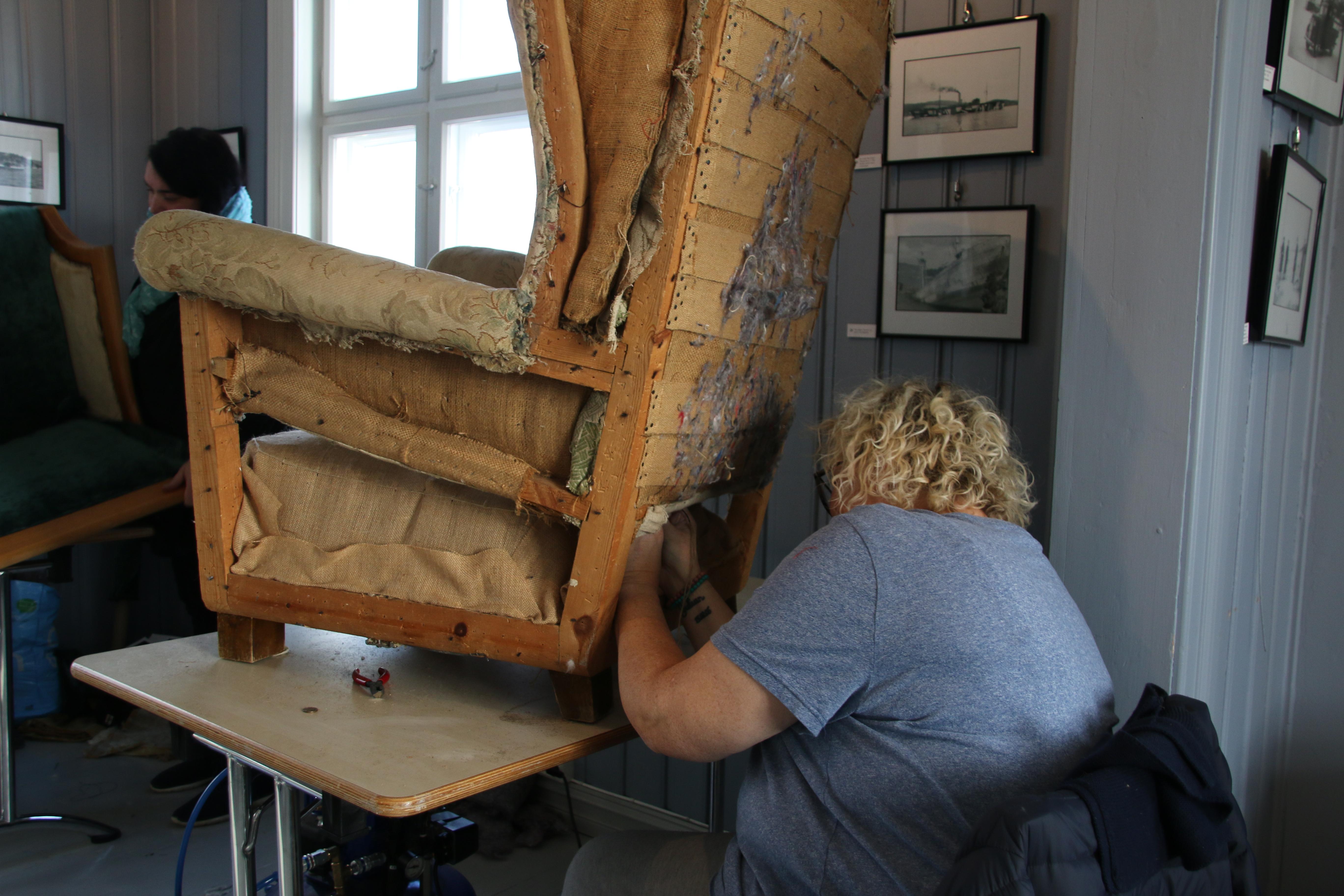 Det er mange operasjoner når man trekker om en gammel stol.  Det kjedeligste, og kanskje det mest slitsomme, er å fjerne alt gammelt.