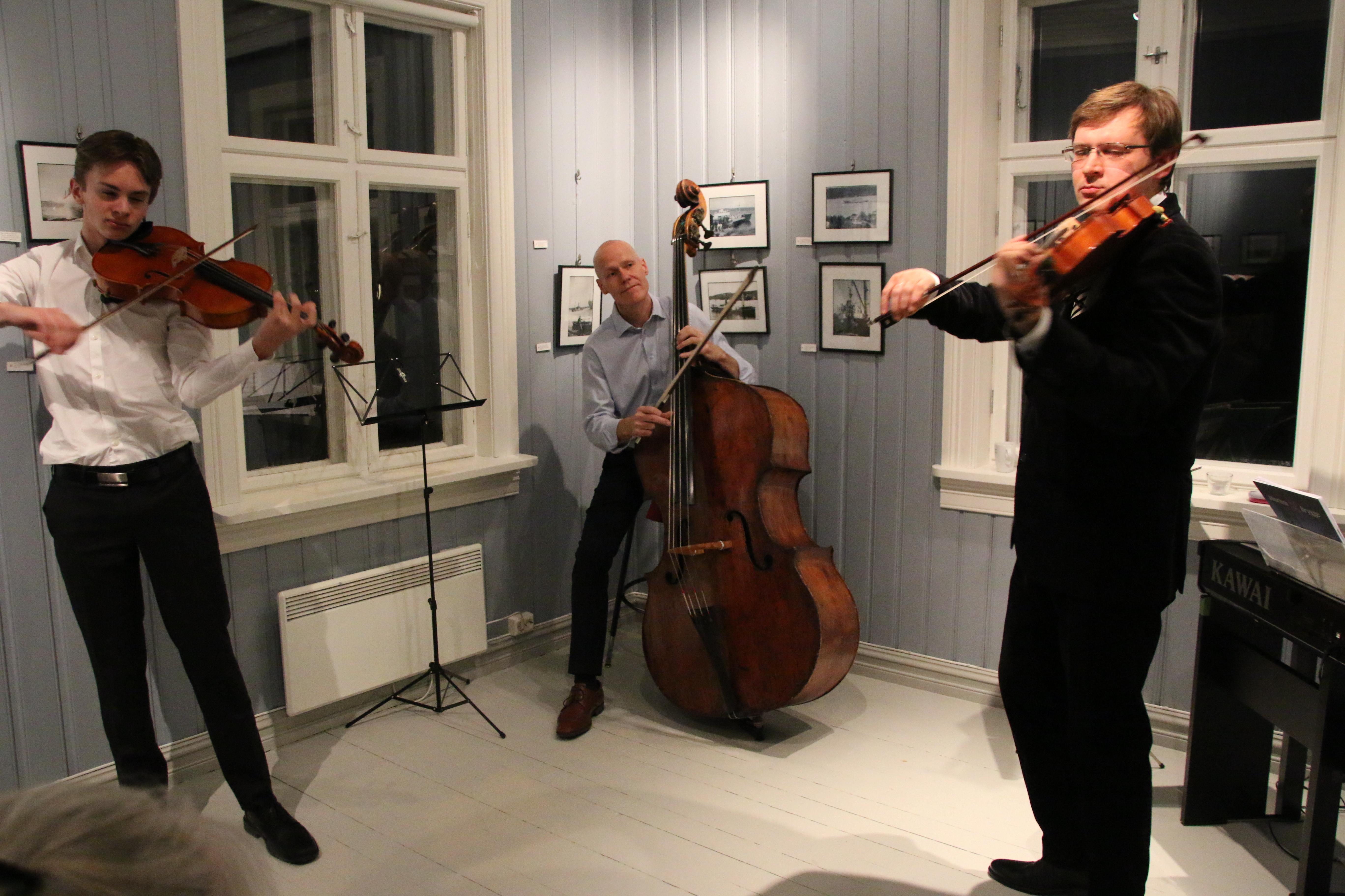 Unge Daniel i samspill med de profesjonelle musikerne