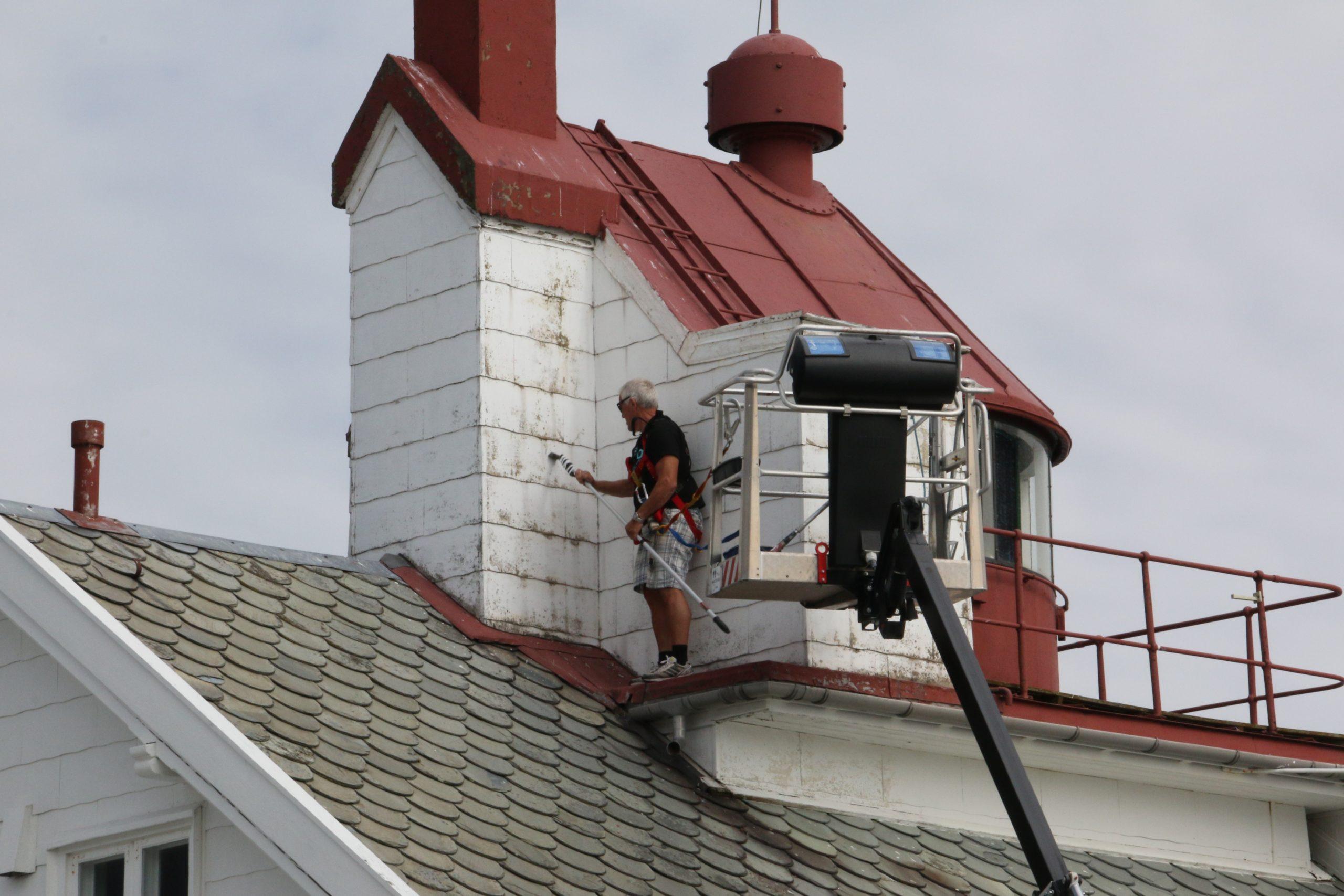 En godt sikret dugnadsleder og bygningsansvarlig, Per Ole, i aksjon